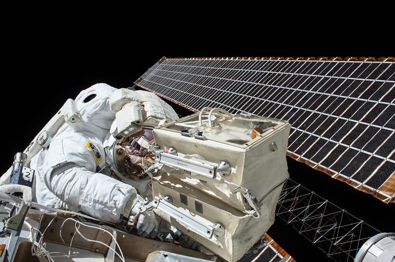 astronaute en combinaison dans l'espace