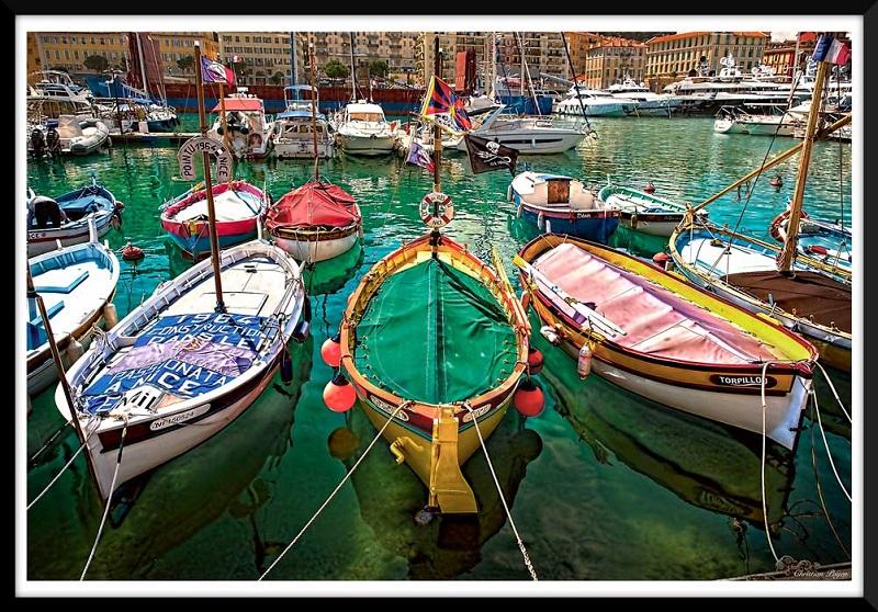 Photo d'un port et bateaux colorés