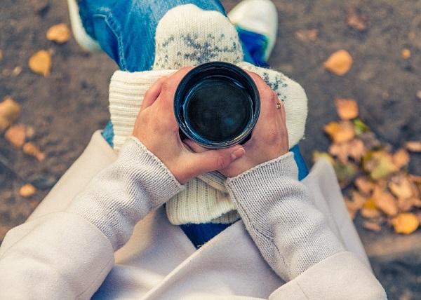 Femme buvant un thé en automne