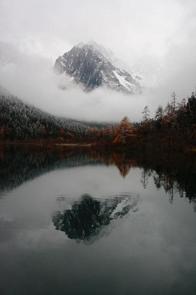 Montagne et lac dans la brum