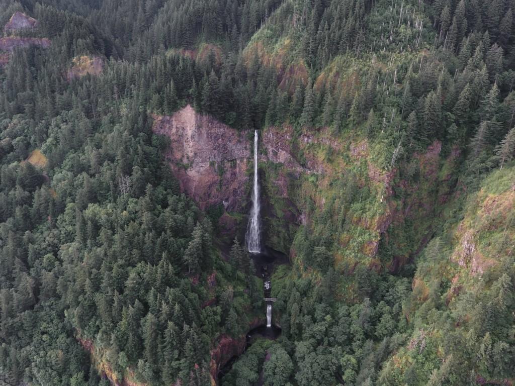 Photographie aérienne d'une cascade par un drone